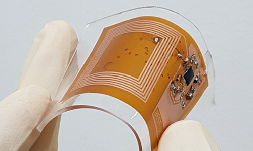 The flexible adhesive bandage, equipped with sensors and an NFC tag.